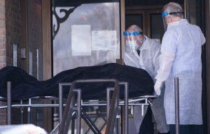 Combien de personnes sont-elles réellement décédées de la COVID-19? – LE DEVOIR
